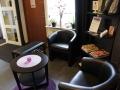 I Väntrummet finns bekväma stolar samt tidsskrifter att läsa ur.